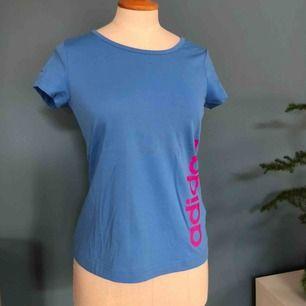 Skön tränings t-shirt. Aldrig använd, helt i nyskick! Strl. 152 men passar även XS. OBS, rätt färg på texten på sista bilden. Frakt 42kr:)