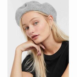 Finstickad grå basker i 100% ull. 🐰aldrig använd.  Skriv för fler bilder 🖤