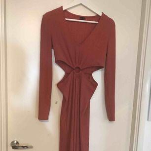 Superfin klänning med cutouts från gina tricot, oanvänd men lappen är av!💕