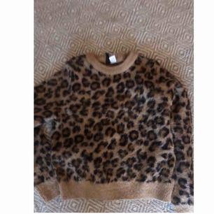 Ylle-leopardtröja från HM 🐆🖤  väldigt populär och slutsåld. Inga defekter alls.  Skriv för fler bilder.