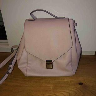 Söt ljusrosa väska/ryggsäck, köpt i London. Aldrig använd. 80kr + frakt