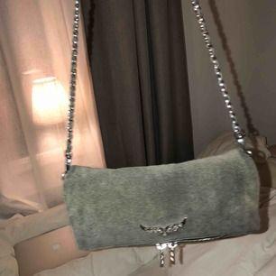 Säljer eller byter mot en svart ny Zadig väska i samma modell. Fick den i maj, den är nästan som ny. En skit snygg väska som tyvärr inte kommer så ofta till användning längre. Nypris var 3500kr, köptes i Köpenhamn. Kvitto finns!