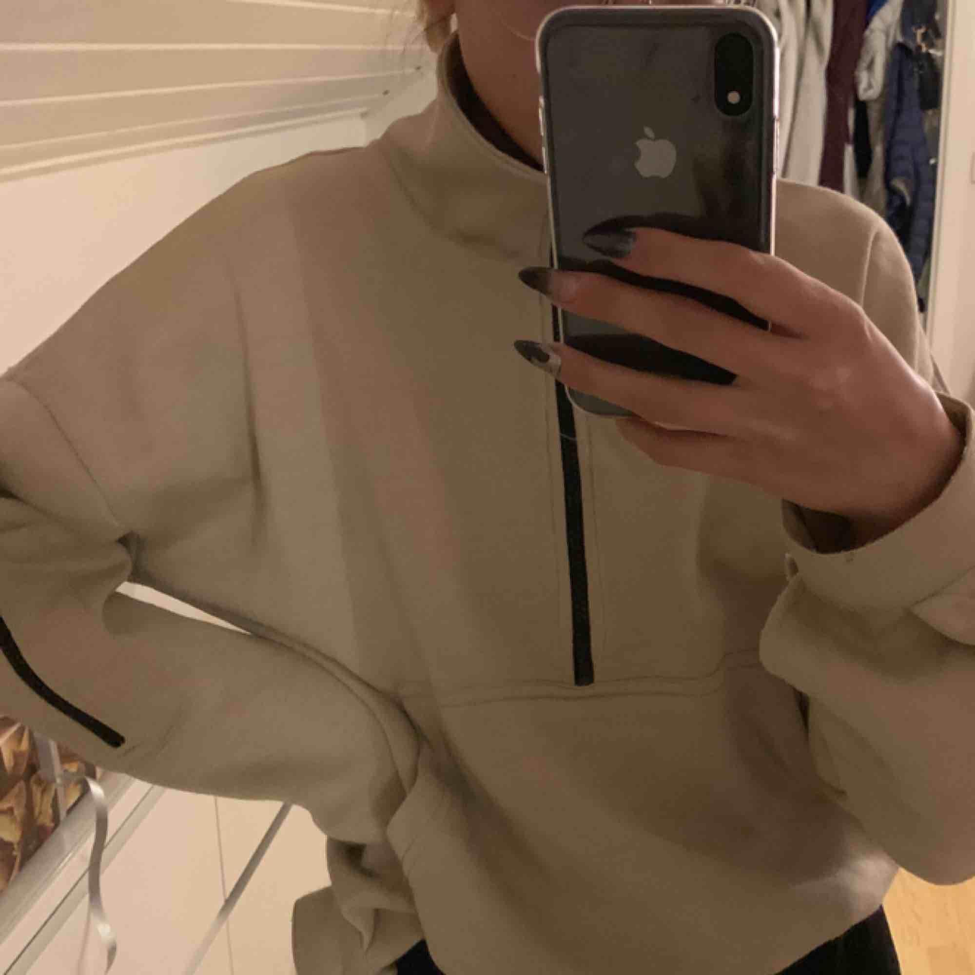 Jättesnygg och mysig beige hoodie från prettylittlething. . Huvtröjor & Träningströjor.