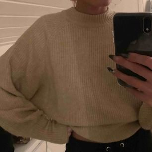 Stickad beige tröja från Gina tricot. Sitter jättebra på och har mysiga o långa ärmar.