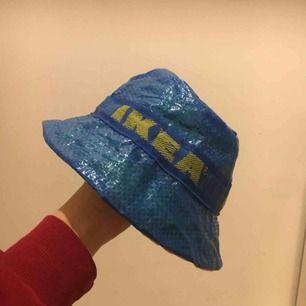 Hemmasydd Buckethat av Ikea påse med snygga detaljer! Aldrig använd! Gult mjukt innertyg för en bekväm passform, som dessutom matchar bandet runt hatten.  Hör av dig för mer info/bilder/frågor Kan mötas upp i Gbg eller Frakt 50kr, endast swish Mvh Emilia