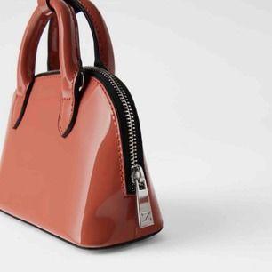 Jättesnygg väska från zara, aldrig använd. Väskan är i syntetlack💖💖 orginalpris=230kr