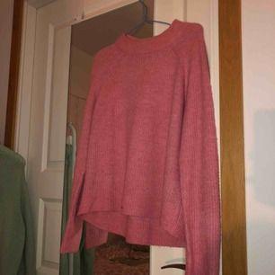 Jättegullig, stickad, rosa tröja från hm. Denna är använd ett fåtal gånger. Materialet är skönt, inte stickigt.💖💖Hör av er om ni har frågor<3
