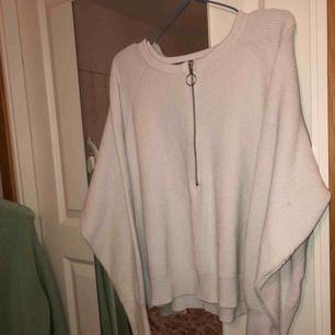 Vit zip-tröja från Carin Wester. Ganska använd därav lite urtvättad vilket man kan känna av ytterst lite på materialet. Hör av er angående funderingar💖💖