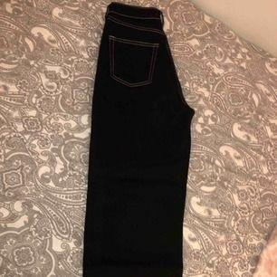 Coola jeans från Monki med white seams. Jeansen är straight och Tillverkad av hållbar ekologisk bomull:))