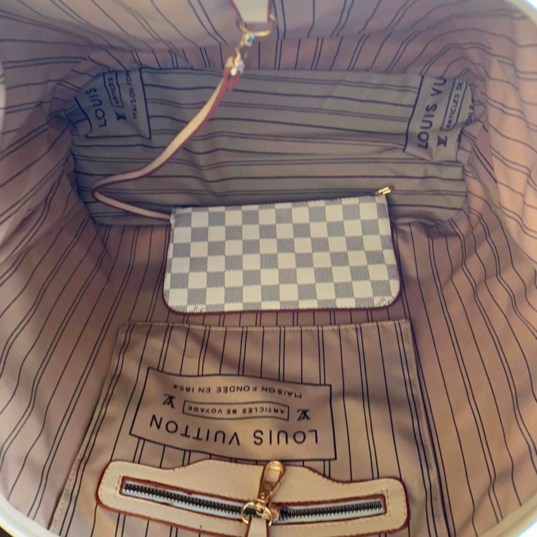 Mycket snygg Louis Vuitton  Neverfull damier. Inspirerad väska   Finns svart också  En kanon bra kvalitet kopia  Hämtas kan frakta  Oanvänd  . Väskor.