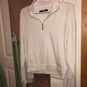 Jätteskön och snygg, vit ziptröja från BikBok. Köpt här på Plick men har själv aldrig använt den. Bara att skriva om du undrar något💖