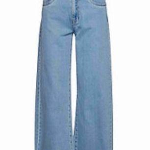 Lågmidjade vida jeans med lite ankle från Only. Aldrig använda. Bara att skriva om du undrar över något💖💖