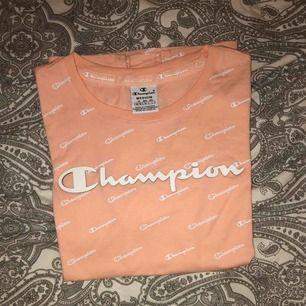 Rosa t-shirt från Champion. Aldrig använd. Skriv om det är något du undrar över💖💖