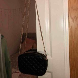 Liten, gullig handväska med guldkedja från H&M. Mycket sparsamt använd. Bara att höra av dig om du har någon fråga💖💖