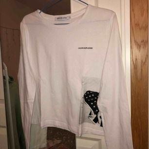 Vit långärmad t-shirt från Calvin Klein. Aldrig använd. Hör av er om ni har någon fråga💘💘