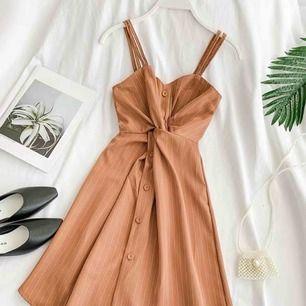 En koreansk-inspirerad klänning i storlek S/M. Aldrig använd.