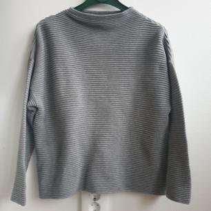 Grå ribbad stickad tröja från H&M storlek M. Kan skickas annars finns i Malmö!