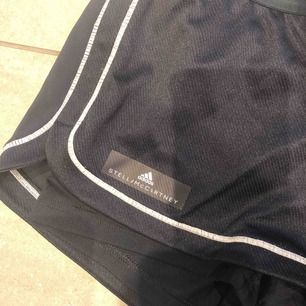 Helt oanvända träningsshorts från adidas Stella mcartney köptes för 399. Marinblå