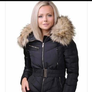 Säljer en vinterkacka i Storlek 32-34. säljer den för att den inte kommer till användning mer. Vid intresse kan jag skicka/lägga ut fler bilder på Jackan 😊  Bälte tillkommer med jackan.