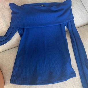 En blå fin offshoulder tröja, knappt använd. Säljer då den är för liten för mig! Köparen står för frakt