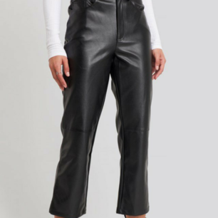 Flared Cropped PU Pants Black. Helt nya. Köparen står för frakten.