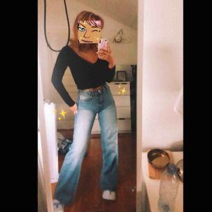 Säljer mina finaste jeans då jag har 2 par likadana! Är från Monki, modellen heter Yoko 🥰🤪💗 Möts gärna upp i Stockholm!!