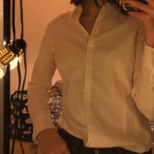 Vit skjorta, perfekt basic som går att styla på många olika sätt. Från Gina och endast använd en gång, så bra skick!