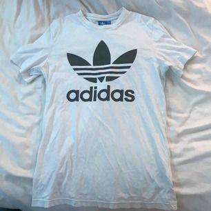 Vit T-shirt från Adidas.