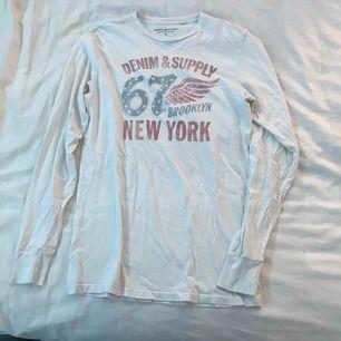 Långärmad vit tröja från Ralph Lauren. (Ej sliten, trycket ska se ut så)