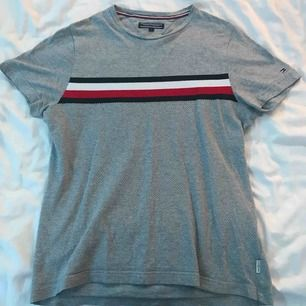 Grå t-shirt.