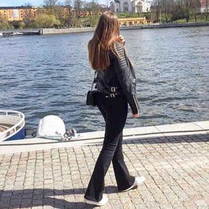 Säljer både bootcut byxorna från ZARA i storlek 38 och chiquelle skinnjacka u storlek 38/40 (liten i storleken)