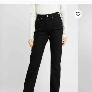 Jättefina raka svarta jeans från weekday som varit slutsålda. Väldigt populära, voyage heter dom. Strl 28/32. Passar mig som har från 25-27 så de är små i storleken. Långa och bra i benen. Använda ca 2 ggr så i nyskick!! Köparen står för ev frakt 70kr.