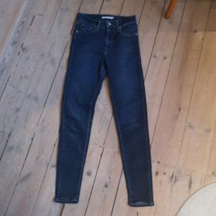 Blå Levis jeans i modellen slimfit. Storlek 25 i midjan. Jag är 173 och dem sitter lite kort på mig. Jättebra kvalité och använda ett fåtal gånger. Köparen står för frakt.