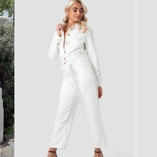 Säljer min superfina jumpsuit i vit denim från NA-KD. Använd en gång på min student, som ny!! Nypris 399kr, säljer för 200kr + 79kr frakt😻 SUPERSNYGG och SUPERBEKVÄM men kmr tyvärr inte till användning