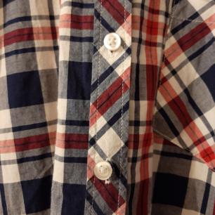 Rutig skjorta från Gina Tricot i storlek 38. Jag möts upp i Stockholm eller så får köparen står för frakt. Vid frågor är det bara att höra av sig!