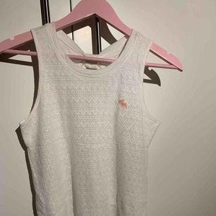 Supergulligt linne från Abercrombie, med en rosett på ryggen. Storleken är 13/14 år, men den är ganska stor så den passar som S.