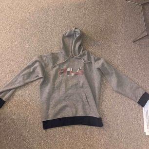 en söt grå hoodie :) kan passa en M också, lite oversized. Använd i ca 1 år. Köpt för 399kr