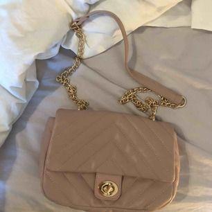 Ljusrosa väska med guldkedja. Oanvänd. Köparen står för frakt💕