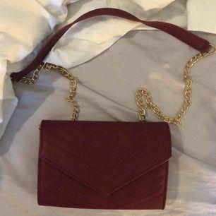 Röd väska med guldkedja. Oanvänd. Köparen står för frakt❤️