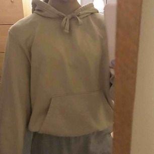 Fin och skön beige hoodie i storlek M. Men skulle säga att den sitter som en S💖 Man står själv för frakten. Återkommer med den senare!!