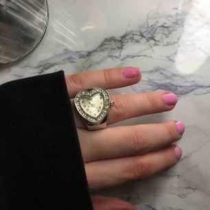 En jätte söt ring som är en klocka! Den fungerar om man sätter i ett batteri. Passar alla storlekar. 😍🤙🏼 frakt 10 kr