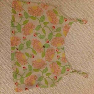 Kort linne med blommigt mönster, har tyvärr en fläck nere på tröjan så därför säljer jag den billig. Frakt ingår