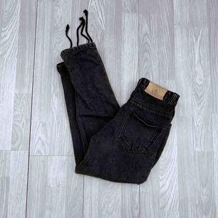 Högmidjade grå jeans från daisy street petite storlek 34, använt men bra skick.  Möts upp i Stockholm eller fraktar.  Frakt kostar 63kr extra, postar med videobevis/bildbevis. Jag garanterar en snabb pålitlig affär!✨