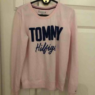 Tommy hilfiger tröja,  Jätte mjuk men tyvär för liten Inte använd mycket