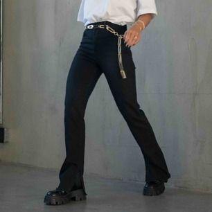 Tänkte göra en intressekoll på mina Hanna Schönberg x Nakd Jeans. De var tyvärr för små för mig därför tänkte jag kolla om någon annan vill köpa de slutsålda byxorna 😢😢 Jeansen är alltså helt nya, lappar finns kvar!