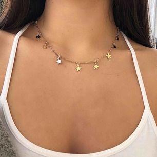 Suuper fin gulfärgat trendigt halsband med stjärnor, från Nakd! 😍 Helt ny och oanvänd. Halsbandet säljs inte längre på deras hemsida. Kan skickas tillsammans med andra smycken på min profil. (Första bilden är lånad) ✨