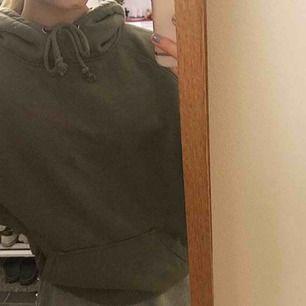 Mörkgrön hoodie från bikbok i storlek M/S💖