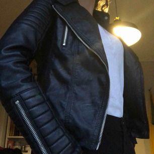 Voyelles jacka i fejk skinn. Gör varje outfit cool och intressant. Jackan är i mycket bra skick.  Nypris: 400 kr Mitt pris: 250 kr Storlek: 36