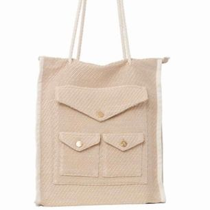 En helt ny väska från rodebjer, med alla prislappar kvar.   Modellen heter straw tote bag, superfint ljust tyg med guldiga o vita detaljer.   Nypris 1799:-