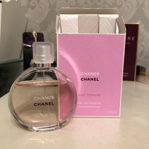 CHANEL  Chance Eau Tendre, EdT 50ml  Chance Eau Tendre är en blommig och fruktig parfym från Chanel som sammanflätar den gröna och fruktiga doften av quince med mjukheten i jasmine och elegansen i vit hyacint. En öm och delikat doft med en poetisk doftstig som sakta blommar ut